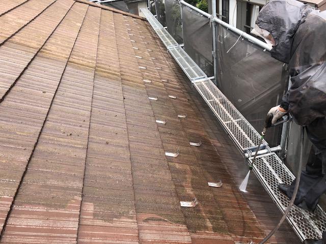 屋根高圧洗浄を行う